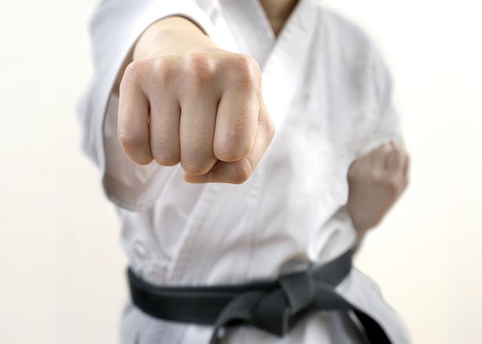 道着に身を包みまっすぐに拳を突きつける男性