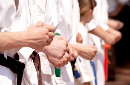道着で拳を握りしめる生徒達